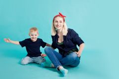妈妈和儿子,在蓝色背景的画象 库存图片