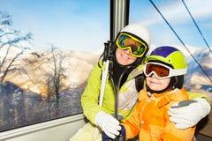 妈妈和儿子滑雪者在缆车滑雪电缆车坐 库存图片
