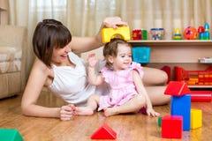 妈妈和儿童女儿戏剧阻拦玩具在家 库存图片