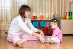 妈妈和儿童孩子做体操在家 免版税库存照片