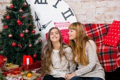 妈妈和女儿一起是愉快的在圣诞节 库存图片