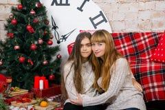 妈妈和女儿一起是愉快的在圣诞节 免版税库存图片