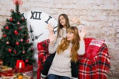 妈妈和女儿一起是愉快的在圣诞节 图库摄影