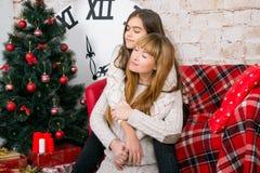 妈妈和女儿一起是愉快的在圣诞节 免版税库存照片