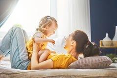妈妈和女儿使用 免版税图库摄影