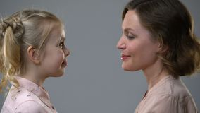 妈妈和女儿倾斜的头,信任与父母的联系,信赖 股票视频