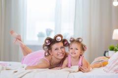 妈妈和女儿在卧室 库存照片