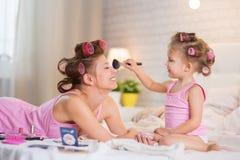 妈妈和女儿在卧室 免版税图库摄影