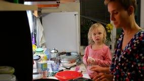 妈妈和女儿在厨房里准备食物 普通人的通常公寓 股票视频