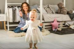妈妈和女儿在家是在屋子,母亲` s天里 库存照片