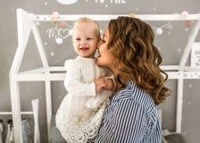 妈妈和女儿在家是在屋子,母亲` s天里 免版税图库摄影
