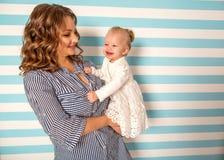 妈妈和女儿在家是在屋子,母亲` s天里 图库摄影