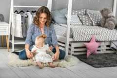 妈妈和女儿在家是在屋子,母亲` s天里 免版税库存图片