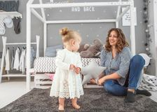 妈妈和女儿在家是在屋子,母亲` s天里 免版税库存照片