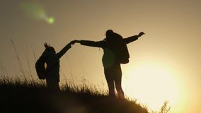 妈妈和女儿在度假旅行和跳舞在山的 妇女用在看的山顶部的被举的手 股票视频