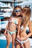 妈妈和女儿在度假 免版税库存图片
