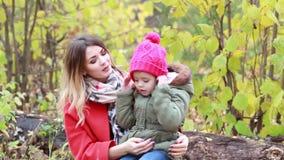 妈妈和女儿在步行的秋天森林里 影视素材