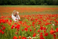 妈妈和女儿在草甸 免版税库存照片