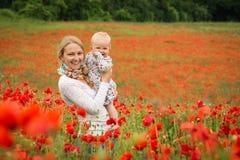 妈妈和女儿在草甸 图库摄影