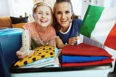 妈妈和女儿意大利旗子和斜塔纪念品 免版税图库摄影