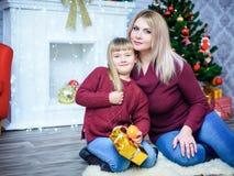 妈妈和女儿新年 免版税图库摄影