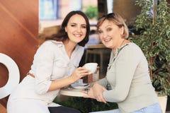 妈妈和女儿是在咖啡馆 库存图片