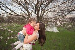 妈妈和女儿是拥抱和微笑户外,家庭,母性,孩子 库存照片