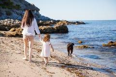 妈妈和女儿海滩的 库存照片