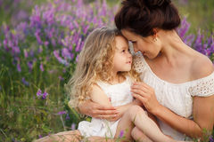 妈妈和女儿淡紫色领域的 免版税库存图片