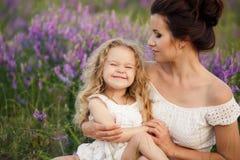 妈妈和女儿淡紫色领域的 库存照片