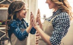 妈妈和女儿烘烤 免版税图库摄影