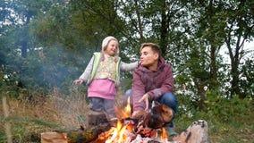 妈妈和女儿烹调食物在利益 家庭野餐,周末 股票录像