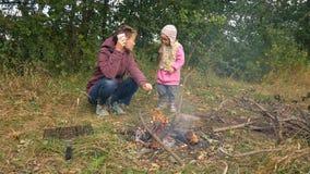 妈妈和女儿烹调食物在利益 家庭野餐,周末 影视素材