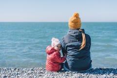 妈妈和女儿由海 免版税库存图片