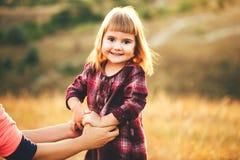 妈妈和女儿自然的 免版税库存照片