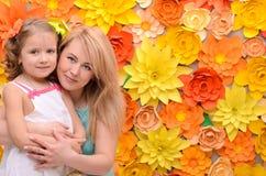 妈妈和女儿花背景的 免版税库存照片