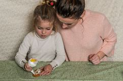 妈妈和女儿装饰与结冰的姜饼 库存照片