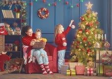 妈妈和女儿装饰树 免版税库存图片