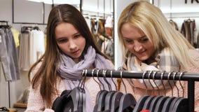 妈妈和女儿选择在购物中心的衣裳 影视素材