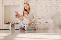 妈妈和女儿 免版税库存照片