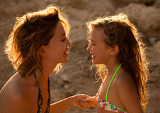 妈妈和女孩日落的 库存照片