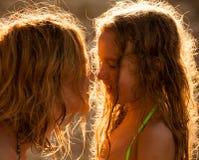 妈妈和女孩日落的 免版税库存照片
