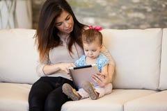 妈妈和女孩社交网络 免版税库存照片