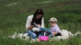 妈妈和她的儿子参与读书 股票视频
