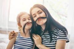 妈妈和她的女儿使用 免版税库存照片