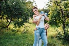 妈妈和她的女儿在夏天公园走 免版税库存照片
