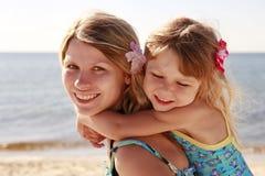 妈妈和她的小女儿海滩的 免版税库存照片