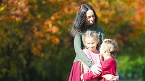 妈妈和孩子家庭在秋天 年轻母亲和小女孩享受温暖的秋天 影视素材