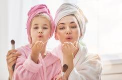 妈妈和孩子是在浴巾 库存图片