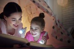 妈妈和孩子是阅读书 免版税库存图片